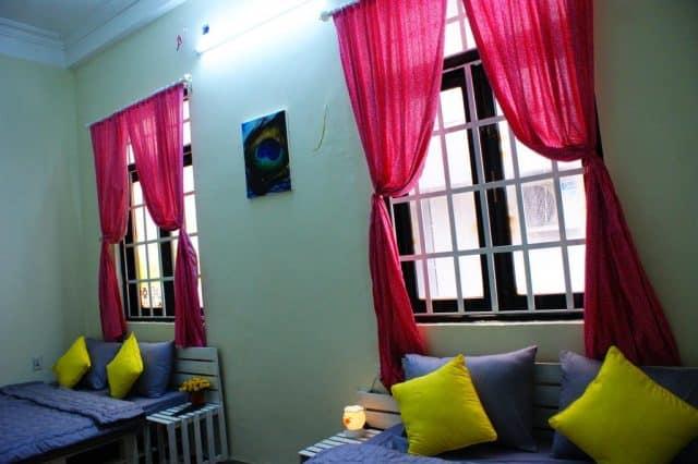 Phòng nghỉ có trang trí hoa và đèn dầu thơm tạo không khí lãng mạn (Ảnh ST)