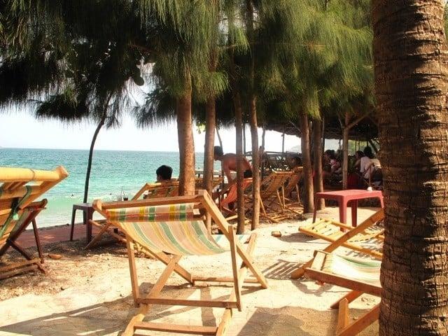 Nghỉ ngơi ở những ghế bố trên bãi biển của KDL Bãi Tranh Nha Trang (Ảnh ST)
