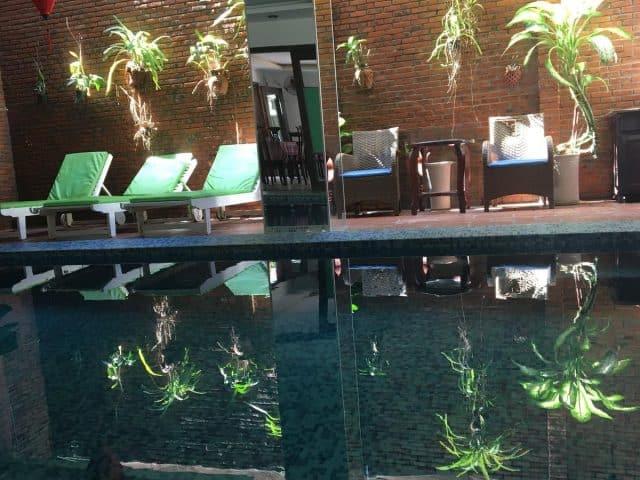 Bể bơi được tích hợp trong khách sạn (Ảnh ST)