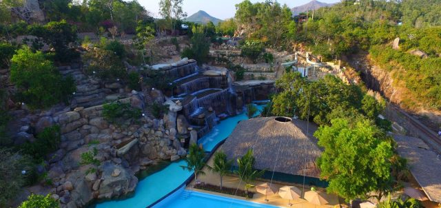 Không gian xanh rợp bóng cây của khu resort (ẢNH ST)