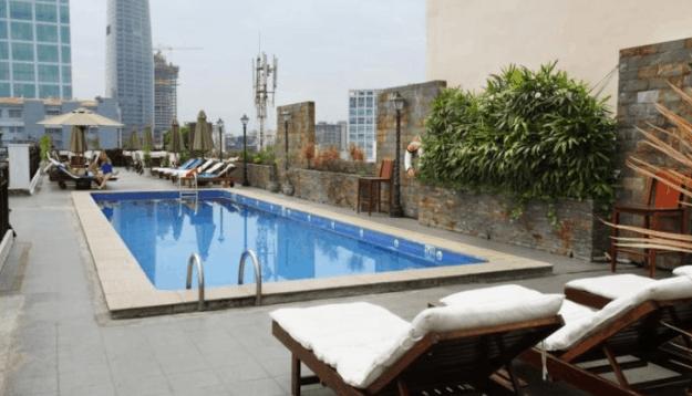 Khu bể bơi ngoài trời thoáng mát tại khách sạn Rex SaiGon