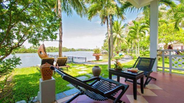 Là resort Hội An có địa thế đắc đẹp nhất ở miền Trung, tọa lạc ngay số 1 Cửa Đại, giữa con sông Đế Vọng hiền hòa và biển Cửa Đại đẹp bao la (Ảnh ST)