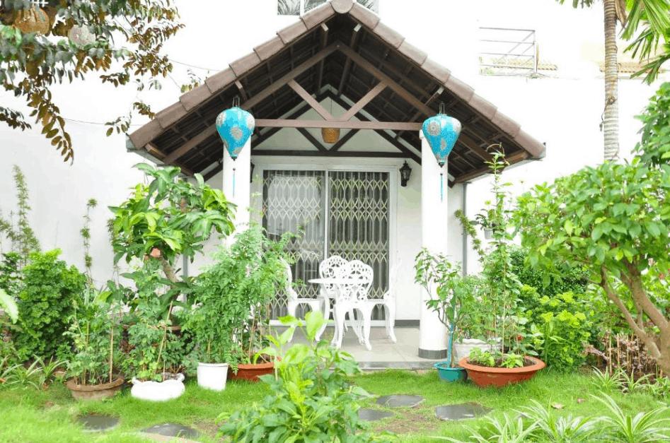 Khuôn viên khách sạn Mekong & Restaurant có rất nhiều cây xanh