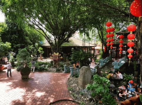Khuôn viên quán cafe Hoàng Cung