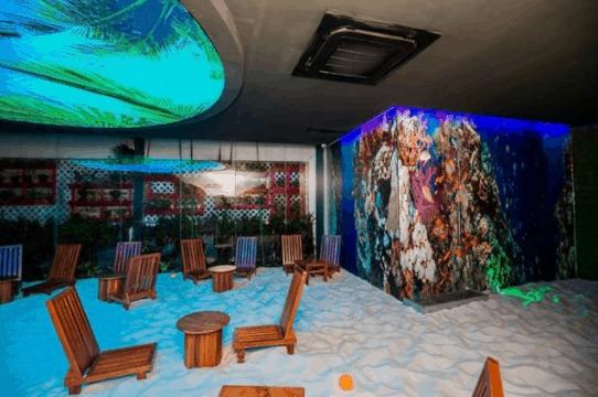 Nền của quán cafe được trải bằng cát