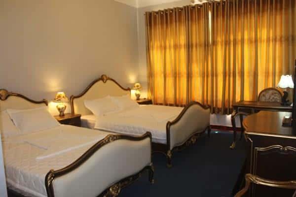 Phòng ngủ khách sạn thiết kế đơn giản (ảnh ST)