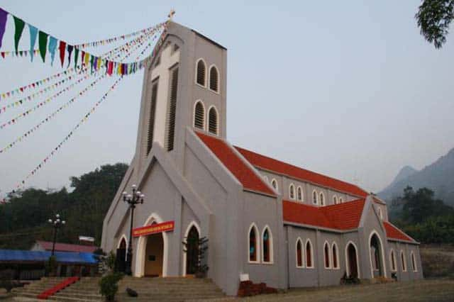 Kiến trúc nhà thờ pha lẫn với nét kiến trúc quen thuộc của người dân tộc (ẢNH ST)