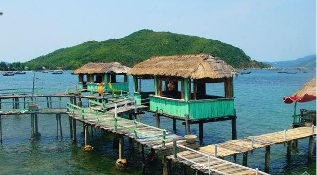 Những hành lang gỗ và nhà lợp lá ngay trên mặt biển giúp bạn dễ hòa mình vào thiên nhiên hơn (Ảnh ST)