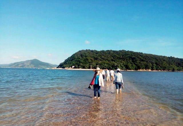 Nếu tham quan vào buổi trưa thì bạn sẽ nhìn thấy con đường dưới biển mờ ảo, cực đẹp (Ảnh ST)