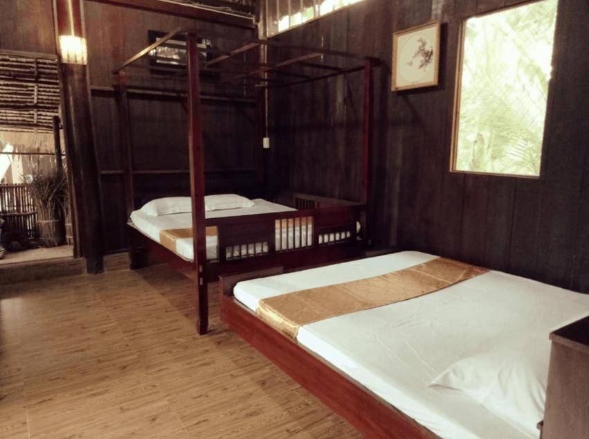 Nội thất phòng nghỉ tại Bến Tre Farm Stay được làm bằng gỗ