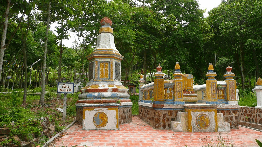 Phần mộ bà Mạc Thị Ân