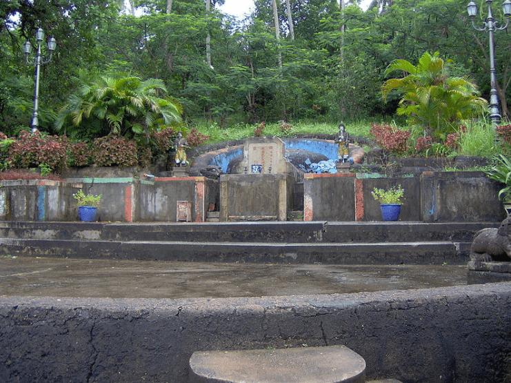 Phần mộ danh nhân Mạc Cửu cùng vợ và con