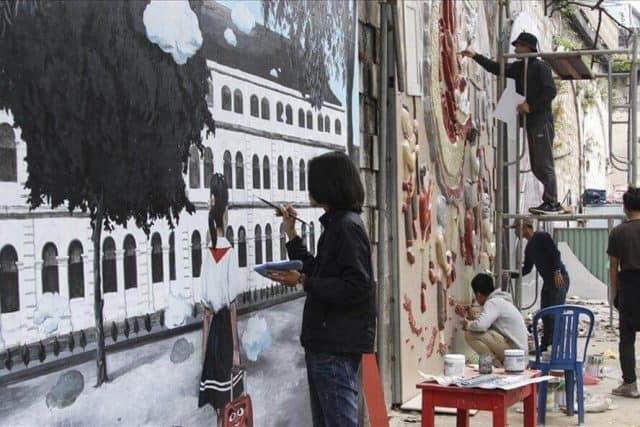 Các họa sĩ miệt mài vẽ trên phố bích họa Phùng Hưng