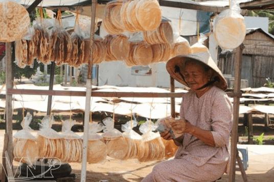 Quán hàng rong bán bánh phồng