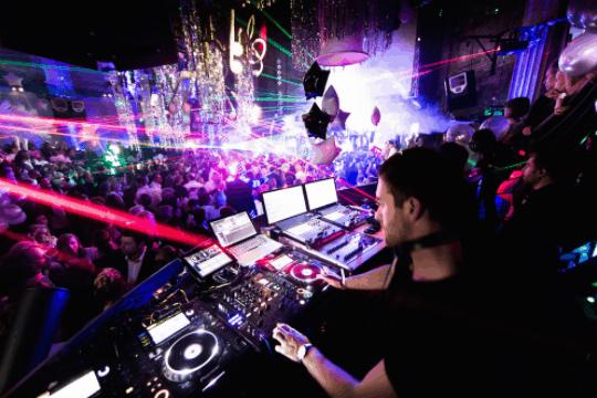Tận hưởng không gian sôi động cùng với những bản DJ