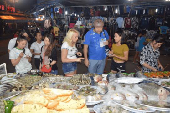 Tận hưởng những món ăn hải sản ngon tại chợ đêm Bạch Đằng