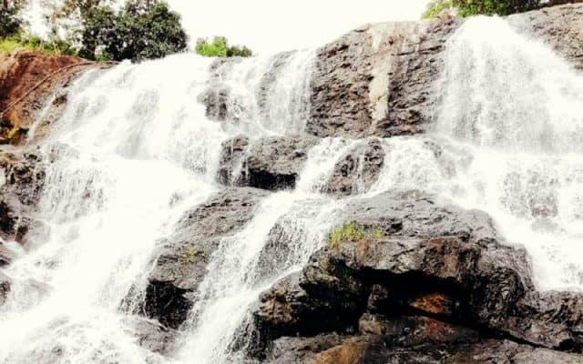 Những dải nước trắng xóa chảy trên thác (Ảnh ST)