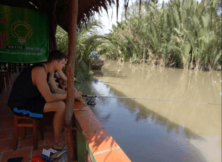 Tham gia hoạt động câu cá tại Bến Tre Farm Stay