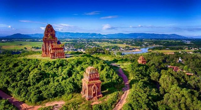 Nhìn từ xa các tháp giống như những chiếc bánh ít của người Bình Định (Ảnh ST)