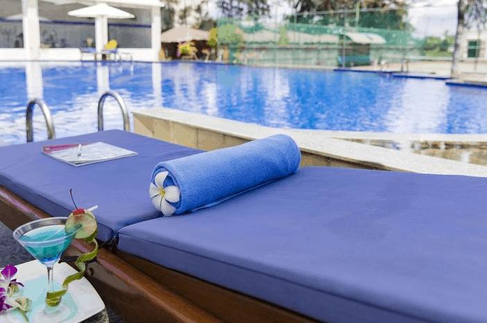 Thư giãn tại hồ bơi khách sạn TTC Premium