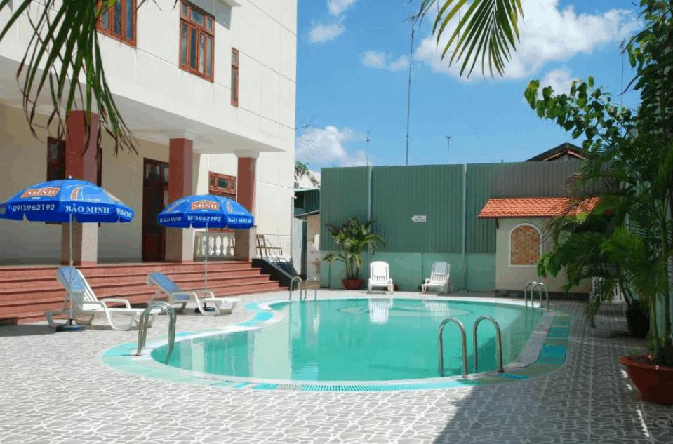 Trong khuôn viên khách sạn Hàm Luông có bể bơi ngoài trời