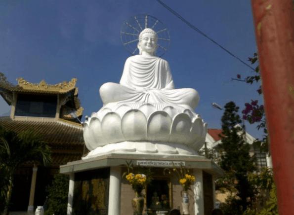 Tượng Phật Thích Ca cao 7m được đặt trong sân chùa Viên Minh