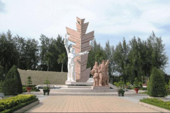 Tượng đài tại làng du kích Đồng Khởi