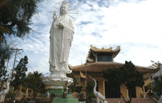 Tượng phật Quan Âm nằm trong khuôn viên sân chùa Viên Minh
