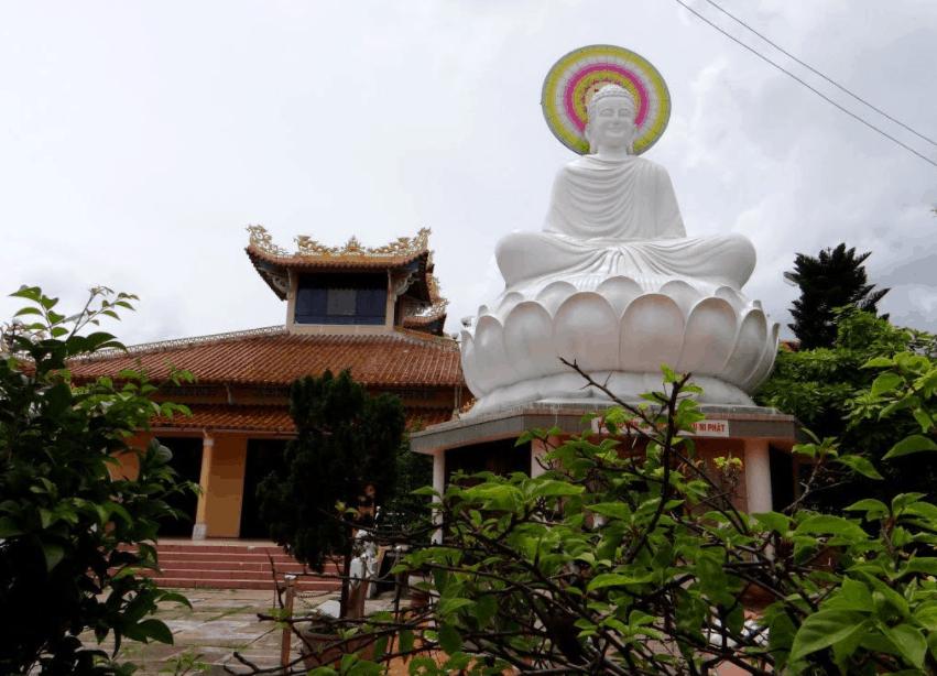 Tượng phật ngồi trên đài sen trong chùa Viên Minh