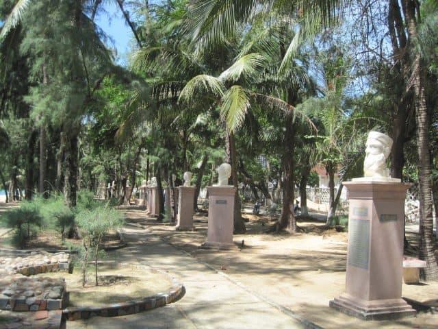 Chân dung của các bậc danh y khắc họa rất tài tình qua những bức tượng (Ảnh ST)