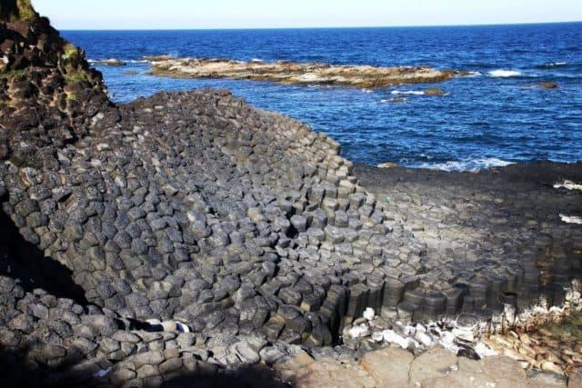 Ghềnh Đá Đĩa được tạo ra bởi sự phun trào của dòng dung nham cực nóng bị co lại khi gặp nhiệt lạnh của nước biển đã hình thành nên những phiến đá kỳ thú (Ảnh ST)