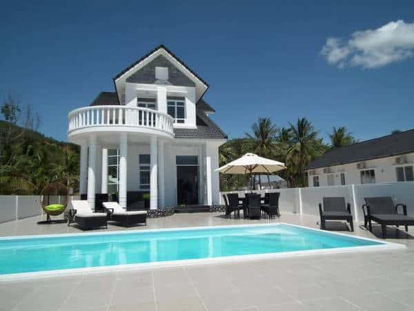 Villa Relax có 4 phòng ngủ với 2 phòng ngủ có view nhìn thẳng ra biển (Ảnh ST)