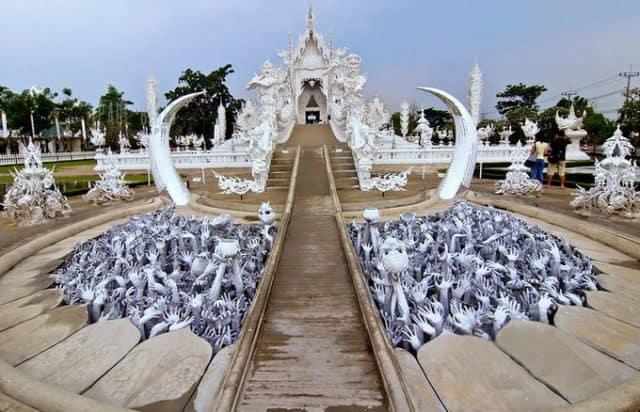"""Để đến được chính điện của chùa, du khách phải đi qua một cây cầu bên dưới là một """"địa ngục"""" thu nhỏ (Ảnh ST)"""