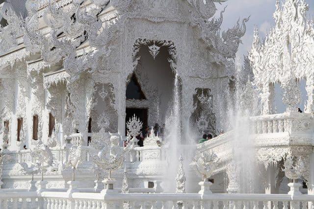 Ngôi chùa phủ hoàn toàn một màu trắng với lối kiến trúc độc đáo (Ảnh ST)