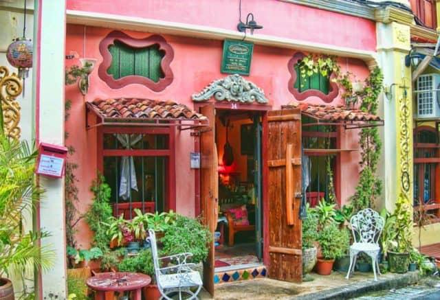 Những ngôi nhà sắc màu trong khu phố (Ảnh ST)