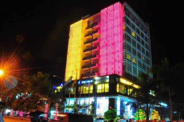 Khách sạn Thiên Ân Riverside lung linh trong đêm (Ảnh ST)