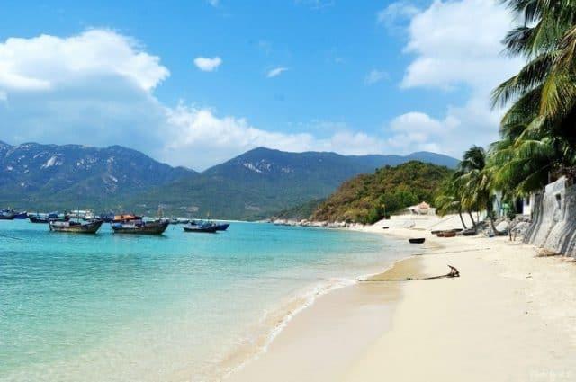 Bãi biển trên vịnh Ninh Vân (Ảnh ST)