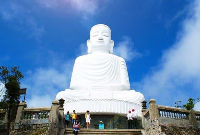Pho tượng Phật cao 27 mét tại chùa Linh Ứng (Ảnh ST)