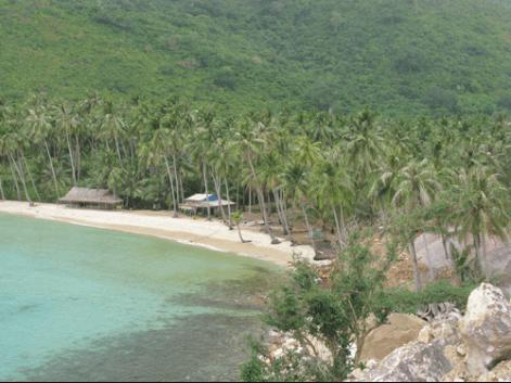 Bãi Cây Mến cuốn hút du khách bởi hình dáng của một vùng vịnh nhỏ vắng vẻ
