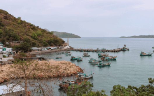 Tại Bãi Chệt còn có cây cầu cảng là nơi tàu thuyền cập bến để đưa hải sản lên bờ.