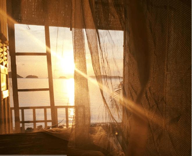 Chỉ cần mở cửa sổ bạn có thể tha hồ ngắm biển, đón bình minh hay hoàng hôn huyền ảo tuyệt đẹp ở bãi Sỏi.