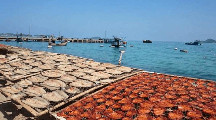 Người dân Nam Du phơi cá khô