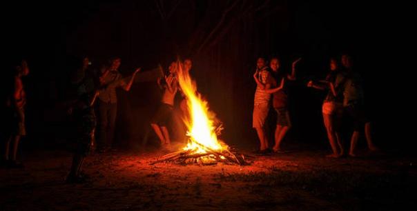 Đốt lửa trại ở Bò Cạp Vàng
