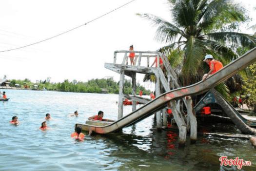 Nước sông ở đây rất sạch nên các hoạt động bơi lội được rất nhiều người tham gia