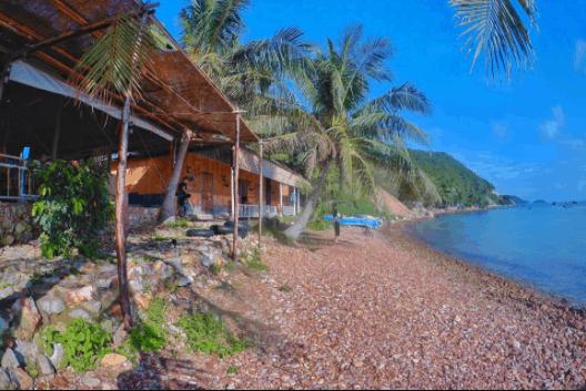Bãi Sỏi Beach nằm ngay cạnh bờ biển