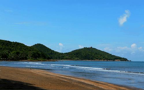 Màu cát nâu sậm lạ lùng ở biển Mũi Nai