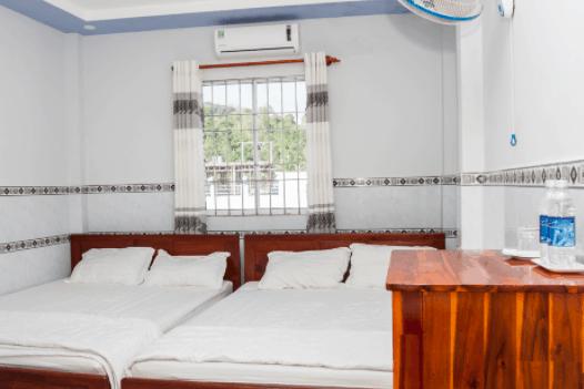 Khách Sạn Tú My tọa lạc ở Bãi Chệt ngay cầu cảng