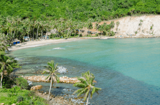 Bãi Ngự vào mùa khô, nước biển vẫn dồi dào và xanh mát