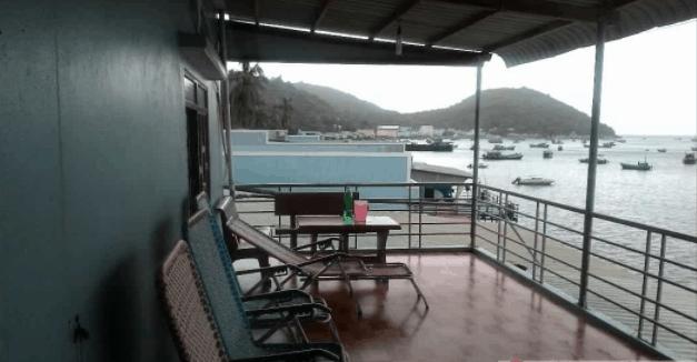 Khách sạn nằm ngay cảng nên có thể ngắm cảnh, ngắm biển về đêm, ăn nhậu thả ga
