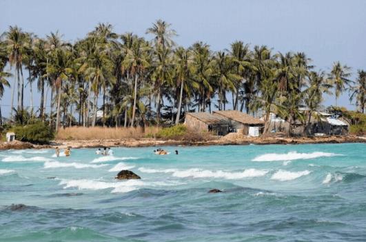 Từ một đảo hoang sơ ít người sinh sống này hòn Củ Tron đã phát triển sầm uất, nhộn nhịp